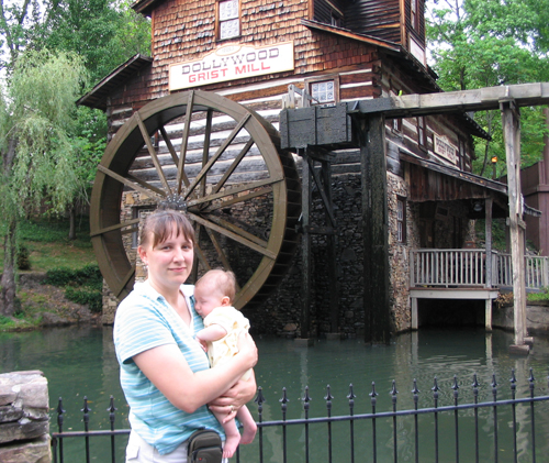 Rachelle and Emily at Dollywood